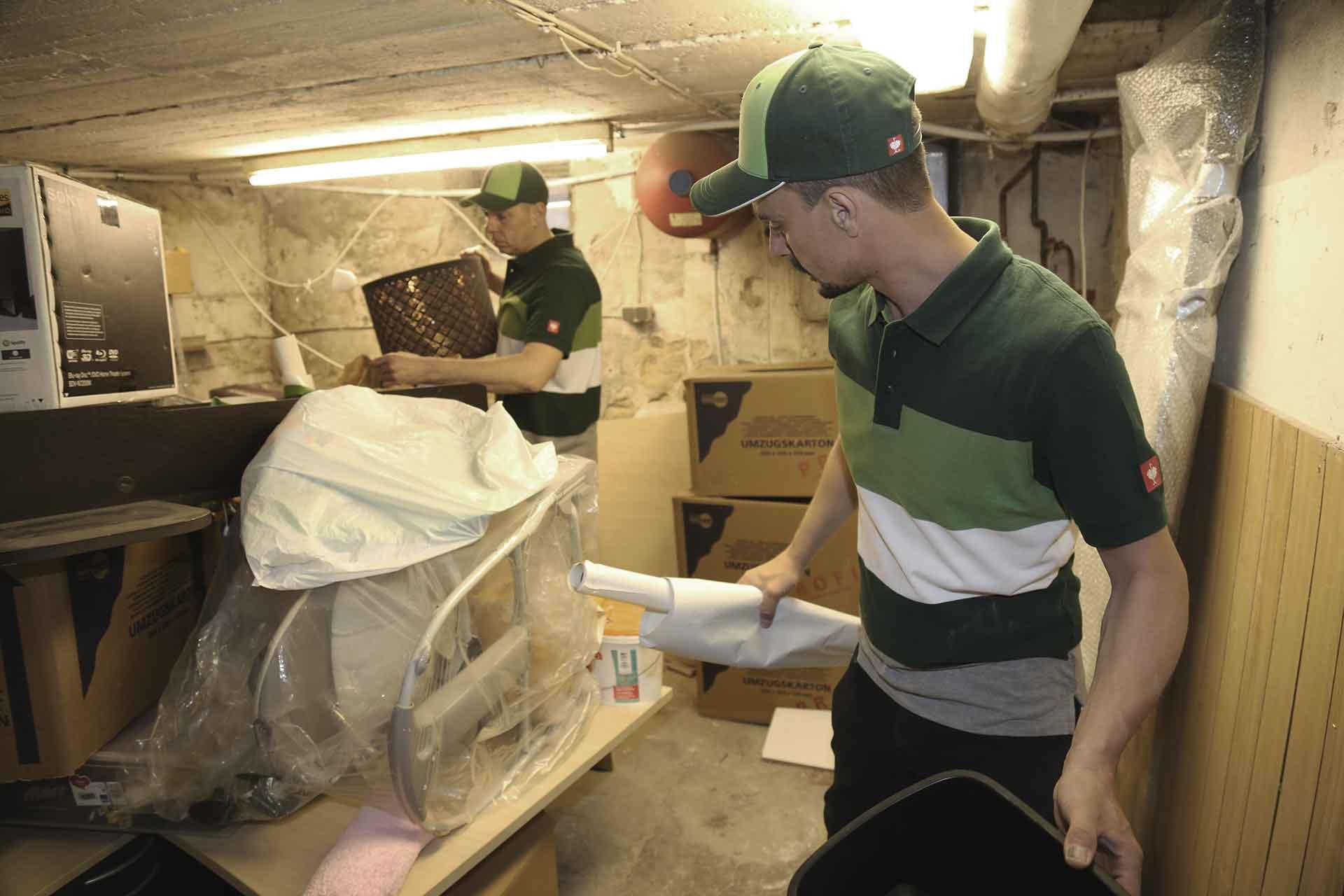 Entrümpelung durch RÜMPLIO. 2 Mitarbeiter entrümpeln ein Keller.